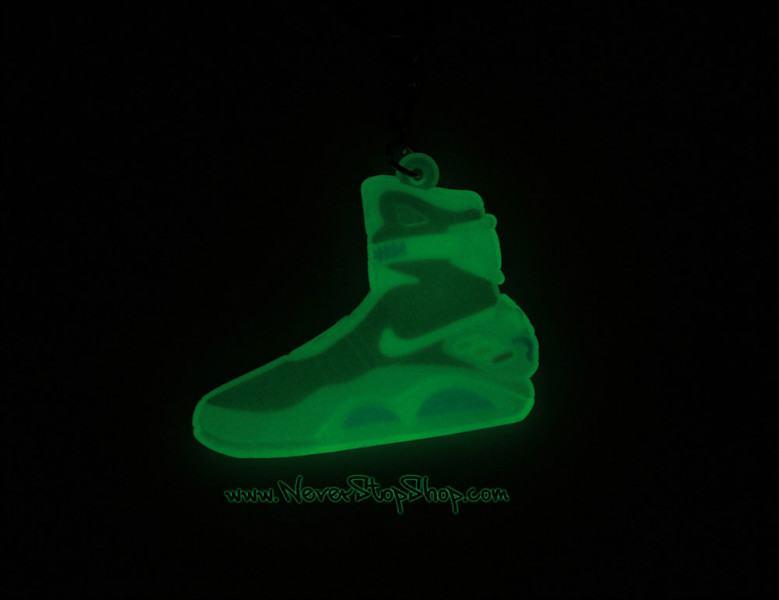 Móc khoá giày Nike Mag dạ quang trong đêm